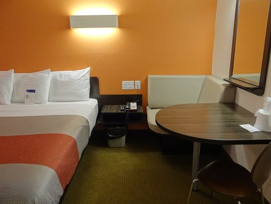 Motel 6 Erie: king room