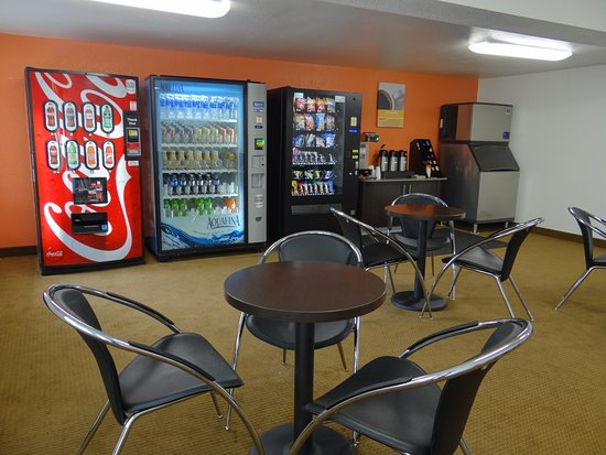 Motel 6 Erie: conference/vending area
