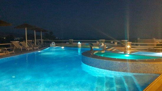 Agios Prokopios, Yunani: piscine illuminate la sera