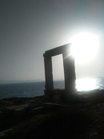 Agios Prokopios, Grecia: che emozione il tramonto quando il sole entra dal portale di Apollo