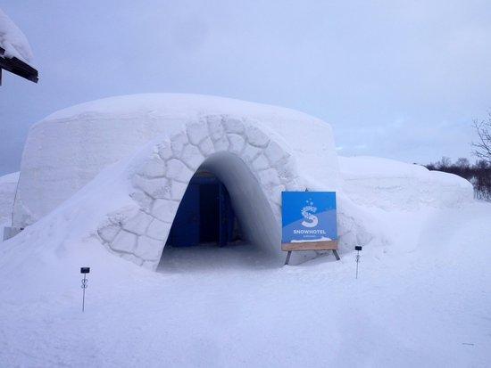 L 39 entr e de l 39 h tel bild fr n kirkenes snow hotel for Kirkenes snow hotel gamme cabins