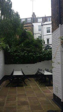 Victoria Inn: Dvorek, kde je možno posnídat