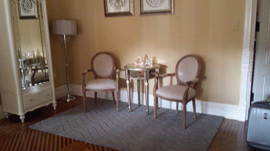 Bellefonte, เพนซิลเวเนีย: Sitting area of my room - Louisa's Cherub room