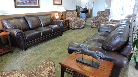 Boothill Inn & Suites: Plenty of room to relax in our lobby