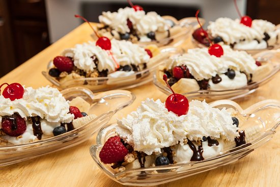 Country Victorian Bed and Breakfast: Breakfast Banana Split