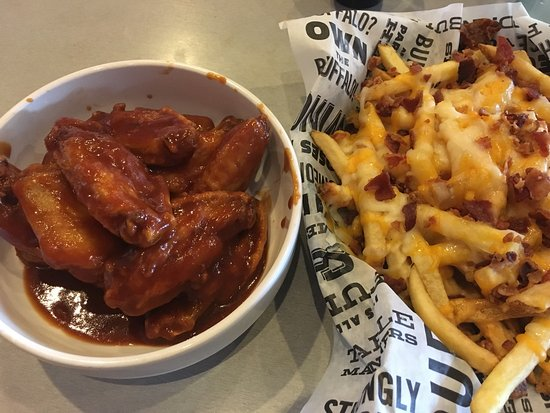 Piqua, Οχάιο: Traditional wings and loaded fries.