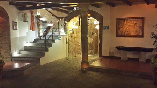 La Casona de la Ronda Heritage Boutique Hotel: Una vista desde el patio central hacia las escaleras.