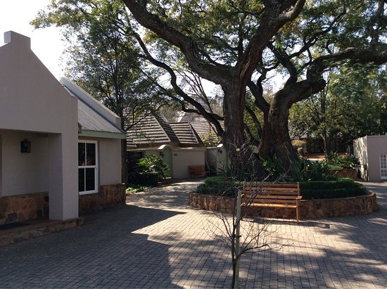 African Pride Mount Grace Country House & Spa: Shady courtyard