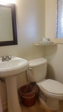 Kauai Palms Hotel: Decently clean bathroom with some upgraded fixtures.