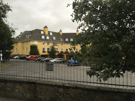 The Killarney Park Hotel: Outside looking onto property
