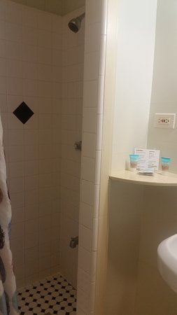 Kauai Palms Hotel: Some of the grout lines have minor stains but it was a clean bathroom.