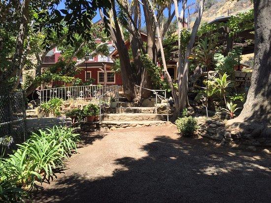 Goleta, Kaliforniya: Path from jacuzzi and pool to main building