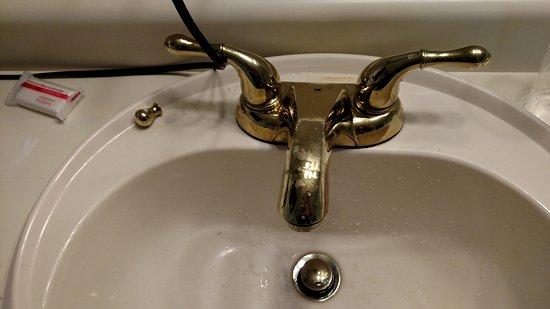 Hickory Shades Motel: Sink stopper broke.
