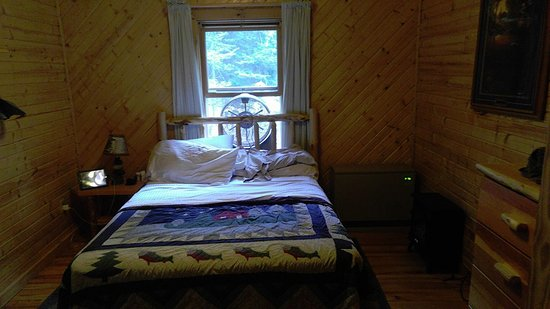 Ely, MN: Master bedroom in the Evergreen cabin, there were 2 fans and the beds were comfy
