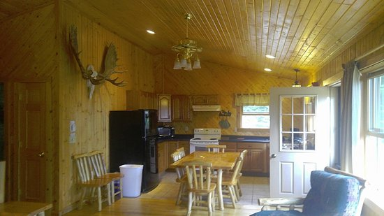 Timber Trail Lodge and Outfitter: Huge kitchen in The Evergreen, upstairs