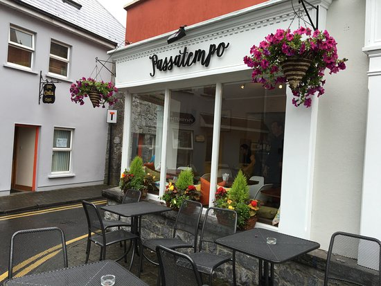 Ennis, Irlanda: Outside View of the Cafe