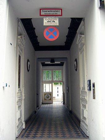 Hotel Pension Haubach Central: Ingresso al cortile e alle scale