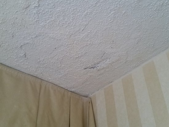 Fenwick Inn: Bedroom ceiling.