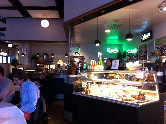 Haderslev, Dinamarca: Nice bar and cake selection