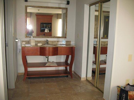 Hampton Inn & Suites Cedar Rapids - North: Bathroom to the left, washstand center, closet to right.