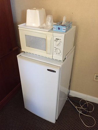 Downbeach Inn: Refrigerator and microwave