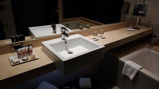 Lavamanos... diseño muy moderno.: fotografía de Hotel Dreams del ...