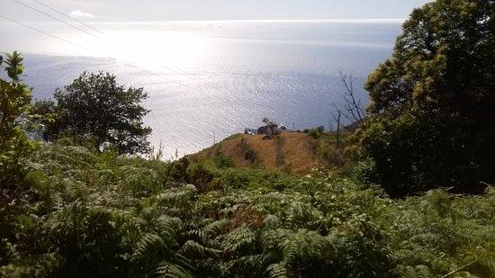 Faja da Ovelha, Portugal: Huis gezien van de heuvel erachter (levada)