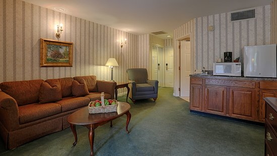 Meadowbrook Inn & Suites: Pool or Executive Suite Living Room