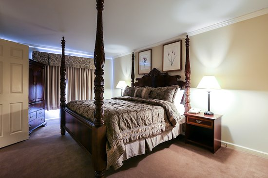 Meadowbrook Inn & Suites: Suite Bedroom