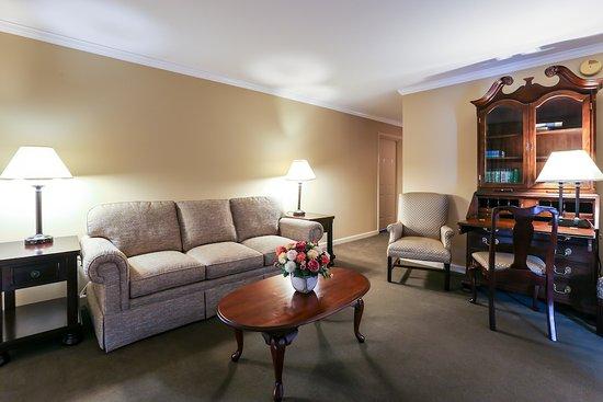 Meadowbrook Inn: Standard Suite Living Room