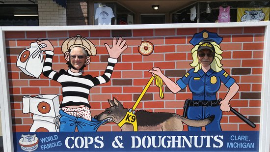 Clare, Мичиган: Fun photo opportunities at Cops & Doughnuts