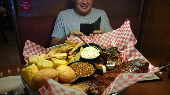 Famous Dave's : Excellent service and great food