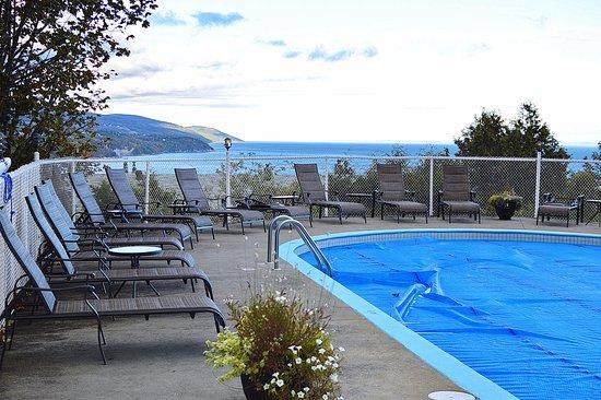 Auberge des Falaises: La piscine et sa vue !