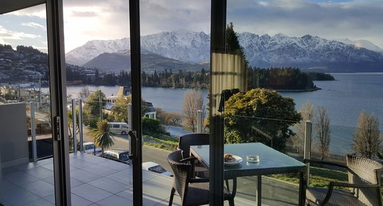 LakeRidge Queenstown: Snow falling on the Remarkables