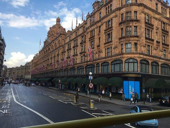 Premier Inn London Putney Bridge Hotel: Casa de cambio detras del Hotel