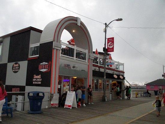Shore Plaza Beach Resort : Restaurant right near the hotel