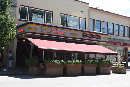 Main Street Diner : Right on the Main Strret, lots of room inside and a nice patio out front ..