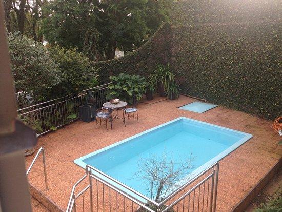 Marica B&B: Pileta y patio, jardín al costado.