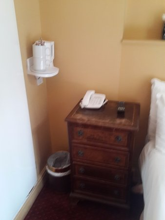 Castleton Hotel: Bedside table & coffee/tea amenities