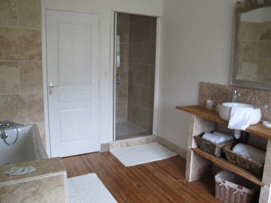La Ferme du Pressoir : Beautifully appointed bathroom