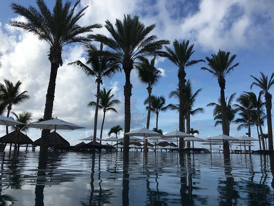 Cabo Azul Resort: View from water level of the infinity pool out to the ocean.