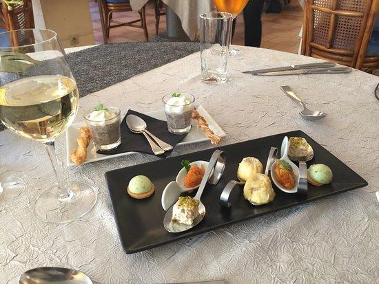 Noyant-de-Touraine, Francia: Appetizer that arrives when you sit down. A selection of vegetables, cheeses, mushrooms ...