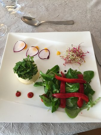 Noyant-de-Touraine, ฝรั่งเศส: Salad with cheese and roasted red peppers.