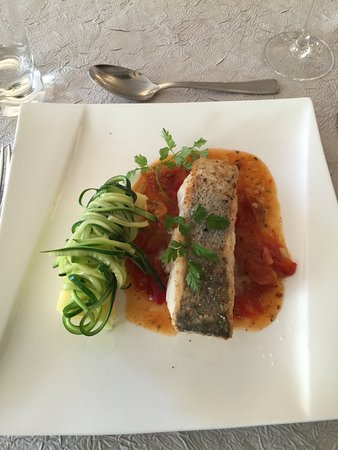 Noyant-de-Touraine, ฝรั่งเศส: This entree was a white fish with mashed potatoes and spiralized zucchini on top. Delicious.
