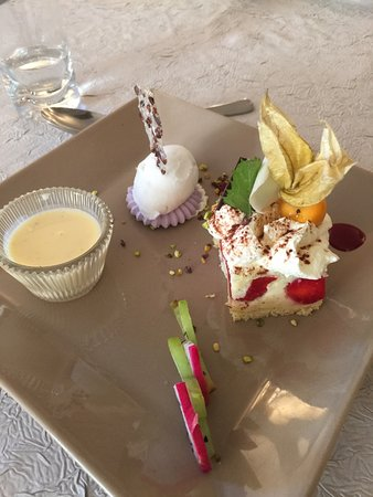 Noyant-de-Touraine, ฝรั่งเศส: Dessert plate- a creme brûlée, strawberry cake, and macaroon.