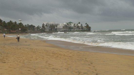Tropic Inn Hotel: Beach 150 metres away, careful swiming, Mt Lavinia hotel