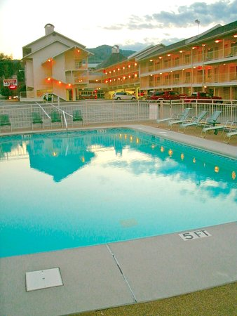Gillette Motel: Swimming at night under the warm mountain air is great & there's plenty of parking!