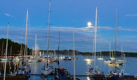 Saltsjobaden, Zweden: Seaside of the hotel, 10pm at night in July.