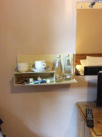 Smithton Hotel: Schuin aan de muur de thee troepjes