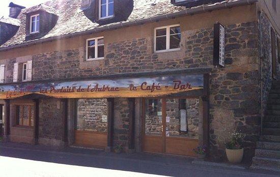 Un restaurant situé au coeur de Lacalm, près de la place.